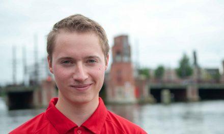 Roeier redt drenkeling uit de Amstel
